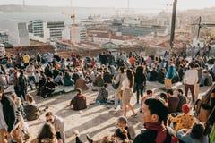 Lisbon, 01 2018 Maj: Wiele młodzi ludzie lokalni ludzie, turyści i wędrownicy na miasto punktu obserwacyjnego platformie która je Zdjęcie Royalty Free