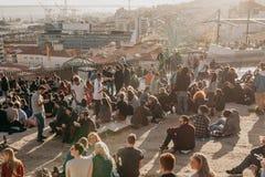 Lisbon, 01 2018 Maj: Wiele młodzi ludzie lokalni ludzie, turyści i wędrownicy na miasto punktu obserwacyjnego platformie która je Obraz Royalty Free