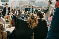 Lisbon, 01 2018 Maj: Wiele młodzi ludzie lokalni ludzie, turyści i wędrownicy na miasto punktu obserwacyjnego platformie która je Fotografia Royalty Free