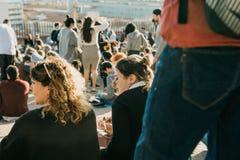 Lisbon, 01 2018 Maj: Wiele młodzi ludzie lokalni ludzie, turyści i wędrownicy na miasto punktu obserwacyjnego platformie która je Obraz Stock