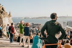 Lisbon, 01 2018 Maj: Wiele młodzi ludzie lokalni ludzie, turyści i wędrownicy na miasto punktu obserwacyjnego platformie która je Zdjęcie Stock