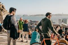 Lisbon, 01 2018 Maj: Wiele młodzi ludzie lokalni ludzie, turyści i wędrownicy na miasto punktu obserwacyjnego platformie która je Obrazy Stock