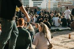 Lisbon, 01 2018 Maj: Wiele młodzi ludzie lokalni ludzie, turyści i wędrownicy na miasto punktu obserwacyjnego platformie która je Obrazy Royalty Free