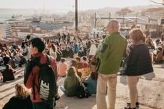 Lisbon, 01 2018 Maj: Wiele młodzi ludzie lokalni ludzie, turyści i wędrownicy na miasto punktu obserwacyjnego platformie która je Fotografia Stock