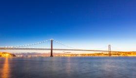 Lisbon most przy półmrokiem Zdjęcie Royalty Free