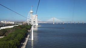LISBON, około 2017: Timelapse 4k Naród gondoli Parkowego dźwignięcia powietrzny transport kablem lokalizować w Lisbon zdjęcie wideo