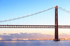 Lisbon pejzaż miejski De Abril Przerzucający most i 25 Obraz Stock