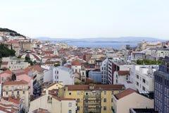 Lisbon pejzaż miejski kasztel, katedra i rewolucjonistka dachy -, fotografia stock