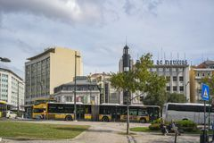 LISBON/PORTUGAL ΣΤΙΣ 21 ΟΚΤΩΒΡΊΟΥ 2018 - σύνδεση της γνωστής πορτογαλικής περιοχής Marquês de Pombal με το λεωφορείο και τουρίστ στοκ εικόνα με δικαίωμα ελεύθερης χρήσης