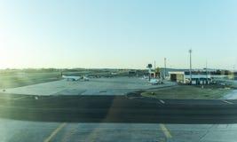 LISBON/PORTUGAL 11 AUGUSTI 2018 - Lissabon flygplatsförkläde med solnedgångljus fotografering för bildbyråer