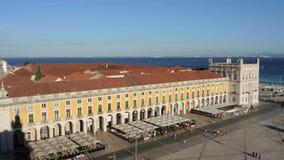 lisbon portugal Centrum landskap till kommersfyrkanten uppifrån av Rua Augusta den triumf- bågen arkivfilmer