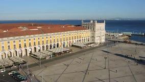 lisbon portugal Centrum landskap till kommersfyrkanten uppifr?n av Rua Augusta den triumf- b?gen arkivfilmer