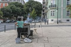 LISBON/PORTUGAL 21 DE OCTUBRE DE 2018 - vendedor de castañas en las calles de Lisboa portugal imagen de archivo