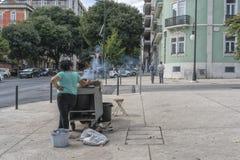 LISBON/PORTUGAL 21 DE OUTUBRO DE 2018 - vendedor das castanhas nas ruas de Lisboa portugal imagem de stock