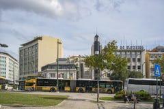 LISBON/PORTUGAL 21OCT2018 - föreningspunkt av det välkända portugisiska området Marquês de Pombal med bussen och turister som si royaltyfri bild
