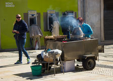 Lisbon, Portugalia: domokrążca kobiety sprzedawanie piec chestnusts w Rua Augusta (ulica) zdjęcia stock