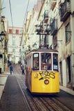 Lisbon, Portugalia, 2016 05 09 elevador - ludzie w żółtym tramwaju - Fotografia Stock