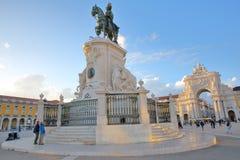 LISBON PORTUGALIA, LISTOPAD, - 2, 2017: Comercio kwadrat przy zmierzchem z Equestrian statuą królewiątko Jose 1 w przedpolu i fotografia stock