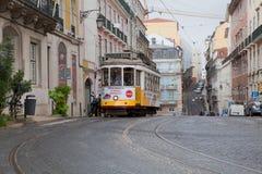 LISBON PORTUGALIA, Maj, - 04, 2017: Rocznika tramwaj w centrum miasta Zdjęcie Royalty Free