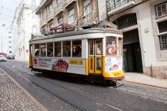 LISBON PORTUGALIA, Maj, - 04, 2017: Rocznika tramwaj w centrum miasta Obrazy Royalty Free