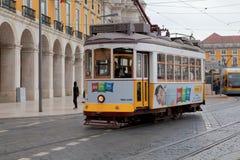 LISBON PORTUGALIA, Maj, - 04, 2017: Rocznika tramwaj w centrum miasta Fotografia Stock