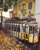 LISBON, PORTUGALIA - NOWEMBER 21, 2016: Rocznika żółty tramwajowy numbe Fotografia Stock