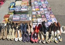 Lisbon Portugalia, Sierpień, - 05, 2017: DVD filmu kolekcja i rozsypisko starzy używać buty kobiety przy pchli targ Fotografia Stock