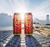 Lisbon Portugalia, Sierpień, - 1, 2017: Dwa Super Bock piwnej puszki z słońca jaśnieniem między one fotografia royalty free