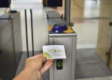 Lisbon Portugalia, Sierpień, - 06, 2017: Wręcza przedstawieniu portuguese bilet dla metra VIVA Viagem Obraz Stock