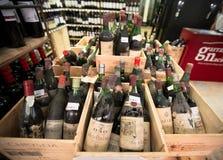 LISBON, PORTUGALIA Styczeń 10th, 2015: Mercado da Ribeira jedzenie ma Zdjęcie Stock