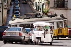 LISBON PORTUGALIA, WRZESIEŃ, - 19: Sławna tramwaju 28 linia w centrum Lisbon Transportów publicznych turyści Zdjęcie Stock