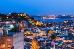 Lisbon stary miasteczko przy nocą, Portugalia obraz stock