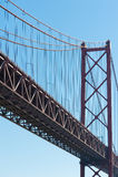 Lisbon - szczegół 25th Kwietnia most przeciw niebieskiemu niebu Obraz Stock