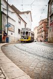 Lisbon tramwaj W Alfama terenie Portugalia fotografia stock