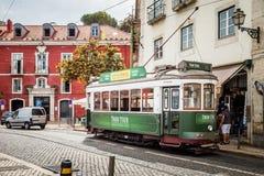 Lisbon zieleni tramwaj W Alfama terenie Lisbon Portugalia obraz royalty free