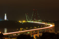 Lisbona April Bridge ad esposizione lunga di notte Immagini Stock