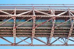 Lisbona - dettaglio sotto del ponte del 25 aprile contro cielo blu Immagine Stock Libera da Diritti