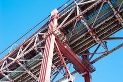 Lisbona - dettaglio sotto del ponte del 25 aprile contro cielo blu Fotografia Stock Libera da Diritti