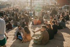 Lisbona, il 1° maggio 2018: Molti giovani della gente locale, dei turisti e dei migranti sulla piattaforma dell'allerta della cit Fotografie Stock