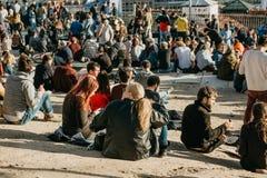Lisbona, il 1° maggio 2018: Molti giovani della gente locale, dei turisti e dei migranti sulla piattaforma dell'allerta della cit Immagini Stock Libere da Diritti