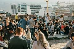 Lisbona, il 1° maggio 2018: Molti giovani della gente locale, dei turisti e dei migranti sulla piattaforma dell'allerta della cit Fotografia Stock