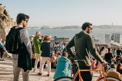 Lisbona, il 1° maggio 2018: Molti giovani della gente locale, dei turisti e dei migranti sulla piattaforma dell'allerta della cit Immagini Stock