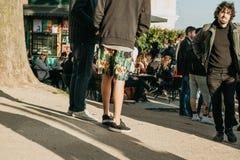 Lisbona, il 1° maggio 2018: Molti giovani della gente locale, dei turisti e dei migranti sulla piattaforma dell'allerta della cit Fotografie Stock Libere da Diritti