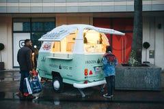 Lisbona, il 23 aprile 2018: La gente compra il yogurt o il gelato congelato da un venditore ambulante accanto allo sbocco di modo immagine stock libera da diritti