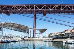 Lisbona, il Portogallo, Santo Amaro Dock, 25 de Abril Bridge e copertura di area di spettacolo Fotografia Stock