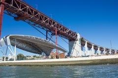 Lisbona, il Portogallo, Santo Amaro Dock, 25 de Abril Bridge e copertura di area di spettacolo Fotografia Stock Libera da Diritti