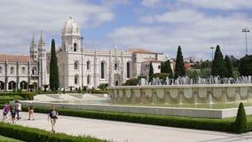 Lisbona 30 luglio 2018: I turisti passeggiano intorno al quadrato di Belem, vicino al castello di Geronimos in città di Lisbona archivi video