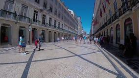 LISBONA, PORTOGALLO - 18 AGOSTO 2017: turisti che camminano nel centro, rua Rua Augusta archivi video