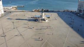 Lisbona, Portogallo Centro urbano, paesaggio al quadrato di commercio dalla cima dell'arco trionfale di Rua Augusta video d archivio