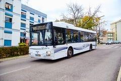 Lisbona, Portogallo - gennaio 2018 Il grande UOMO bianco di marca del bus del passeggero della prova della società del trasporto  Immagine Stock Libera da Diritti